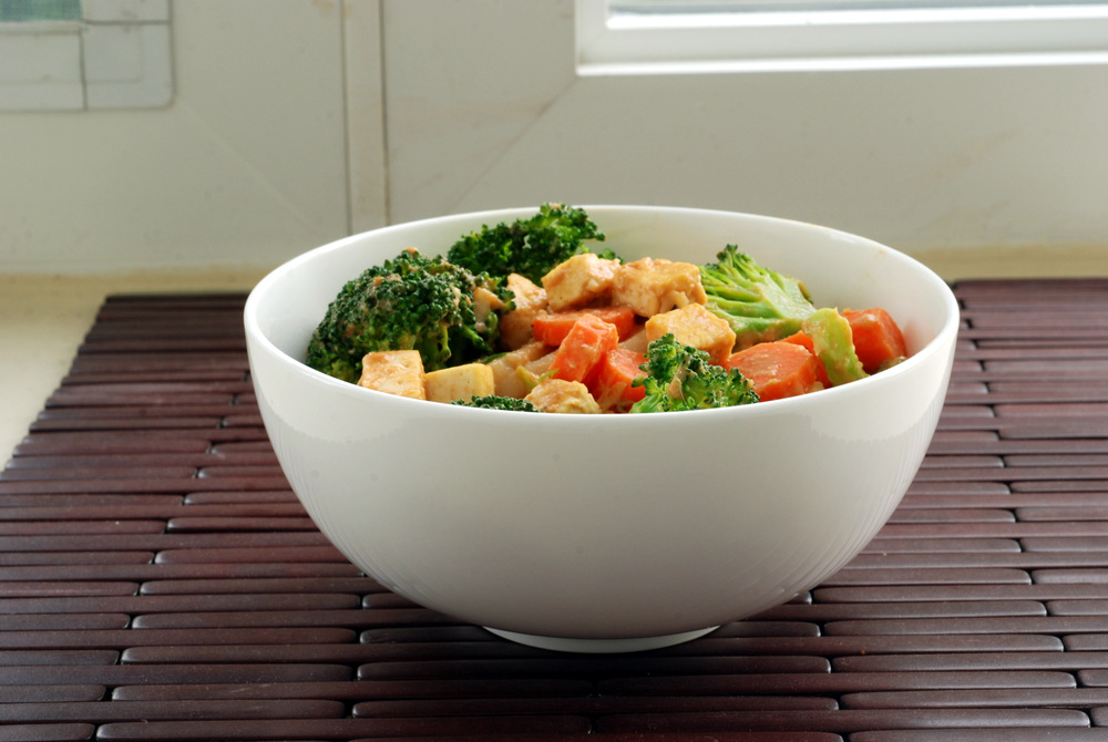 Sriracha Peanut Udon Noodles with Tofu and Broccoli | the taste space
